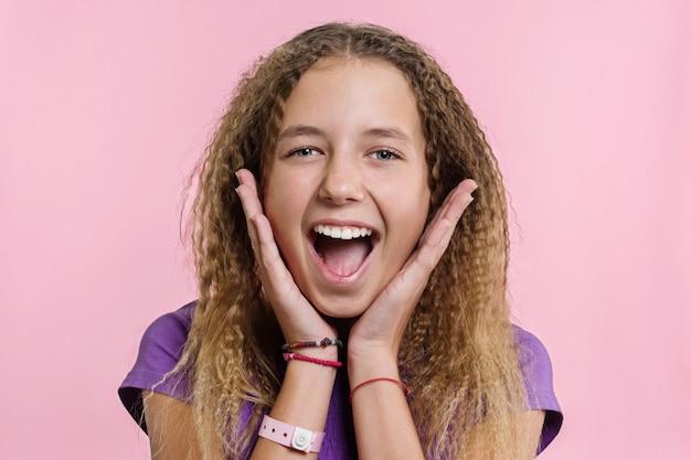 Muchacha adolescente en un fondo rosado