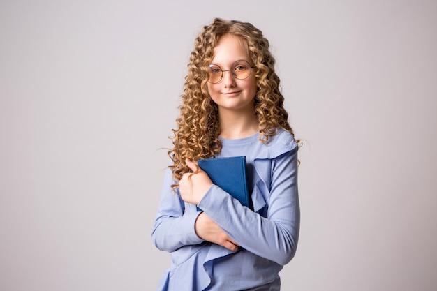 Muchacha adolescente con gafas
