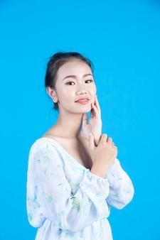 Muchacha adolescente que muestra verbos y gestos de la mano