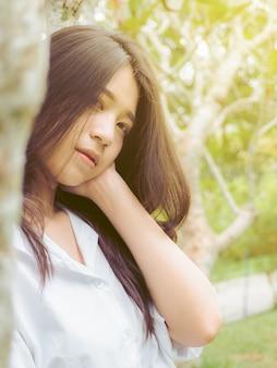 Muchacha adolescente del retrato hermosa en jardín de la naturaleza