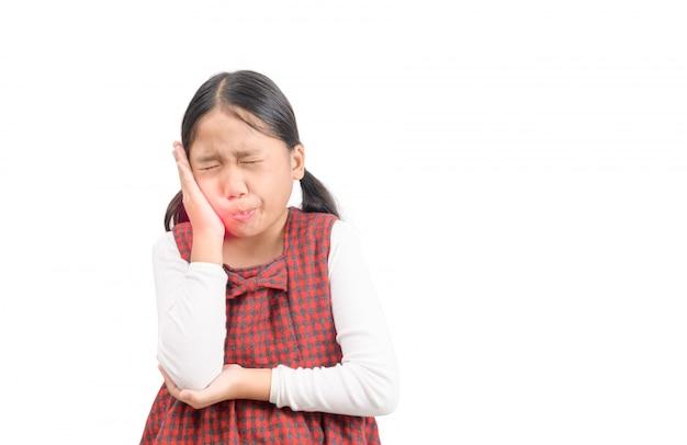 Muchacha asiática infeliz que sufre de dolor de muelas aislado