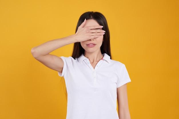 La muchacha asiática está presentando con los ojos cerrados aislados.