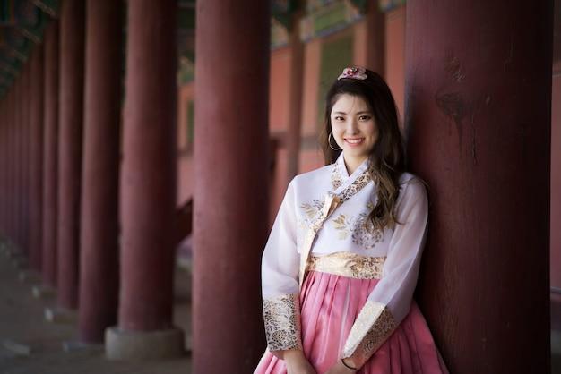 Muchacha asiática de la sonrisa linda joven que se viste en retrato tradicional del estilo de hanbok
