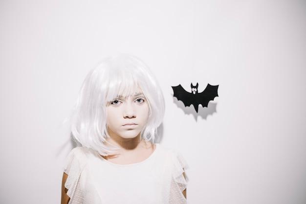 Muchacha asustadiza en la peluca blanca