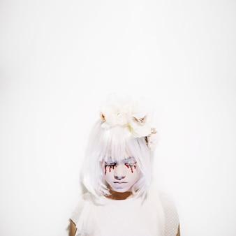 Muchacha asustadiza en el vestido blanco