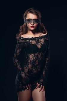 Muchacha atractiva en maquillaje hermoso de la ropa interior negra