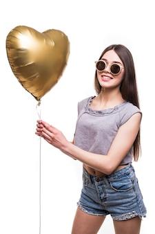 Muchacha de la belleza con la risa del globo de aire en forma de corazón. fiesta de san valentín.