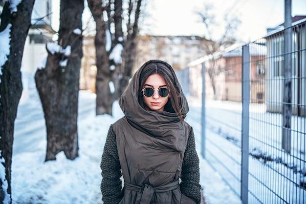 Muchacha bonita que camina al aire libre en la calle, invierno.