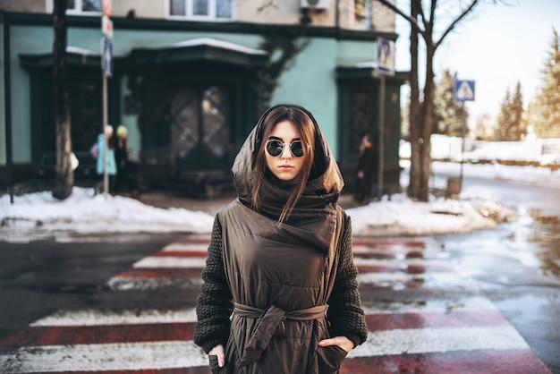 Muchacha bonita que camina en la calle, invierno.