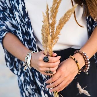 Muchacha caucásica joven hermosa en ropa en el estilo de un boho con muchos accesorios de anillos