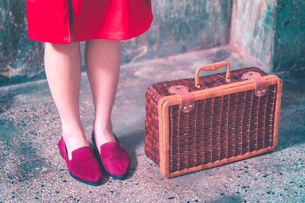 Muchacha china japonesa asiática con concepto asiático del viaje del vintage de madera del equipaje
