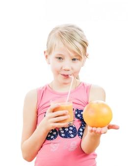 Muchacha con el coctel y el pomelo en su mano aislada en blanco.