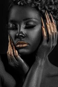 Muchacha creativa del retrato en pintura negra
