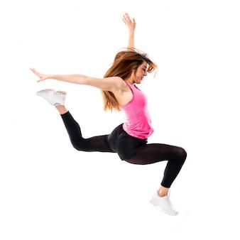 Muchacha de la danza joven sobre el salto blanco aislado