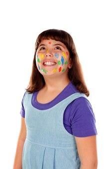 Muchacha divertida con la cara llena de pintura
