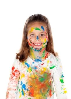Muchacha divertida con las manos y la cara llena de pintura