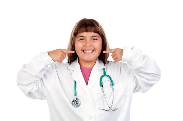 Muchacha divertida con uniforme médico
