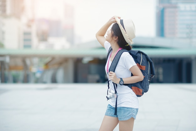 Muchacha hermosa que camina en la calle de la ciudad viajando en tailandia