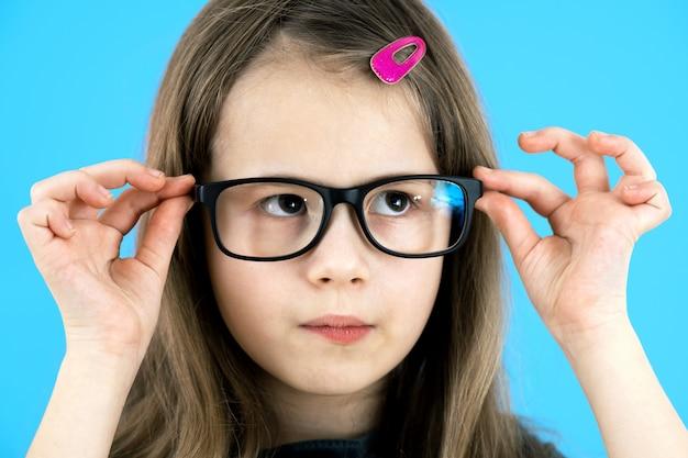 Muchacha del niño con gafas.
