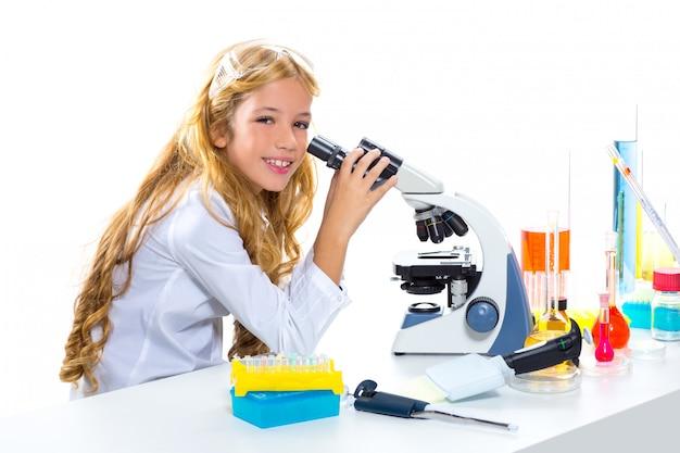 Muchacha de los niños del estudiante en laboratorio químico del niño