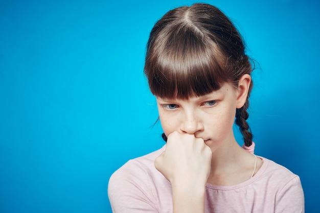 Muchacha pensativa pensativa triste que mira abajo. emoción y expresión facial