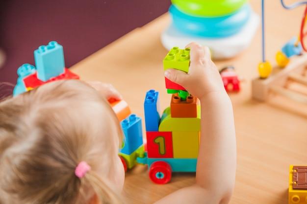 Muchacha que juega en jardín de la infancia