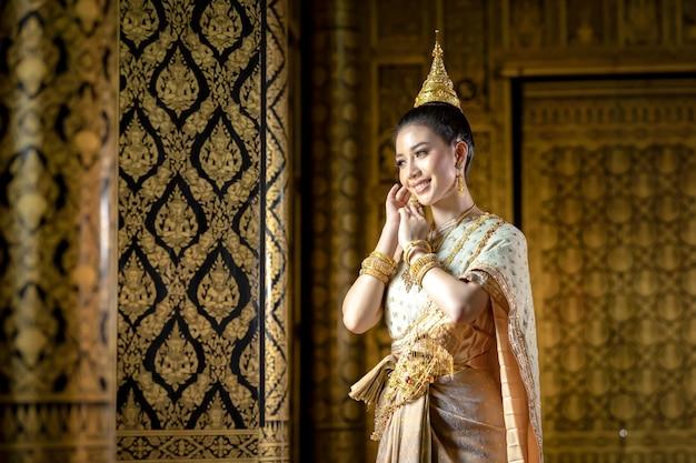 Muchacha tailandesa en traje tailandés tradicional, cultura de identidad de tailandia.