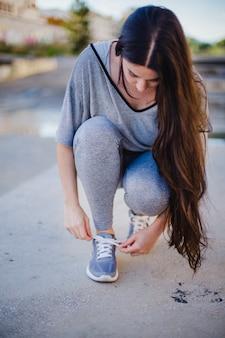 Resultado de imagen para personas amarrandose los zapatos