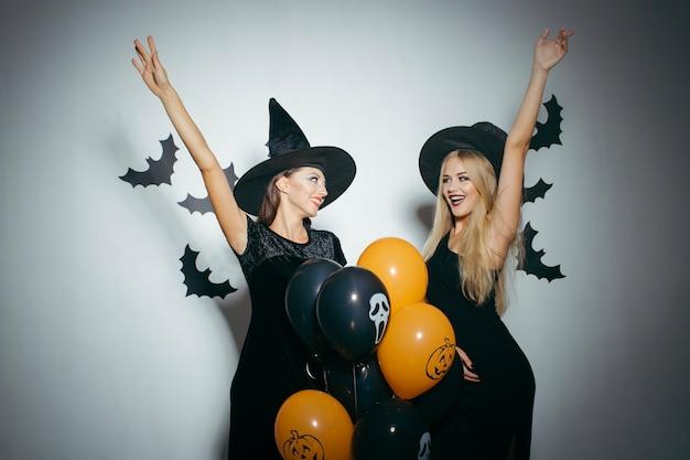 Muchachas alegres que celebran halloween