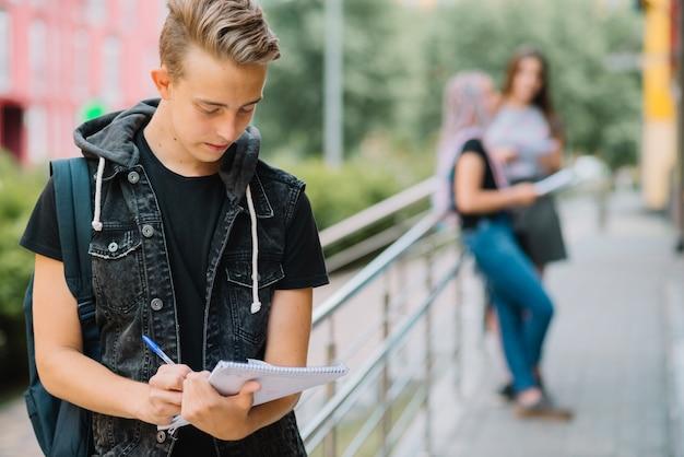 Muchacho adolescente con los papeles