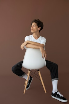 Muchacho adolescente en ropa elegante posando