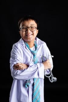 El muchacho asiático imita al doctor adulto