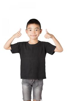 Muchacho asiático de la sonrisa, pulgares para arriba en el fondo blanco