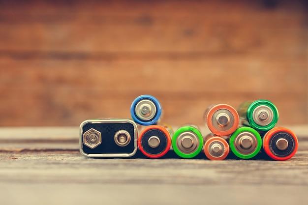 Muchas baterías sobre madera vieja.