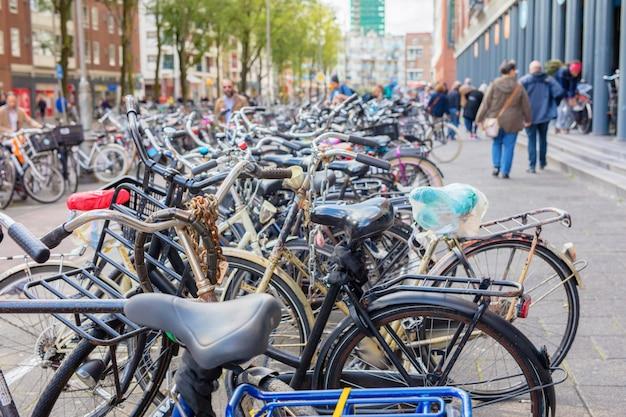 Muchas bicicletas en la ciudad.