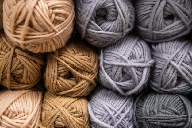 Muchas bolas de hilo de lana para tejer.
