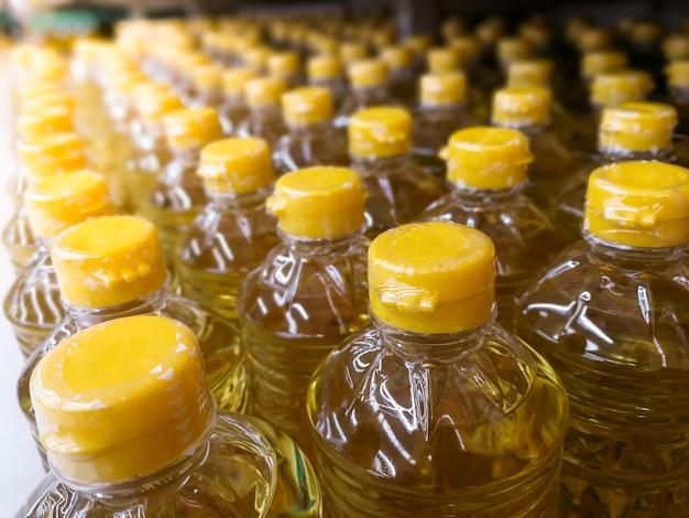 Muchas botellas en fila de pila de aceite vegetal