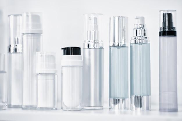 Muchas botellas transparentes diferentes con bomba dispensadora para perfumes o para otros líquidos.