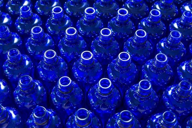 Muchas botellas de vidrio azul
