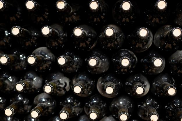 Muchas botellas de vino tinto en una bodega.