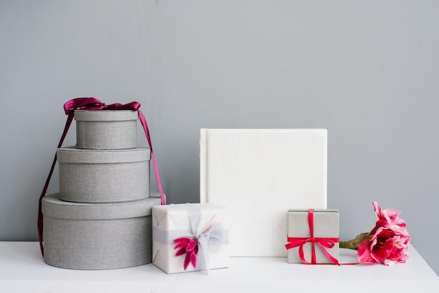 Muchas cajas de regalo de vacaciones y álbum de fotos de boda
