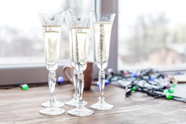 Muchas copas de champaña. concepto de vacaciones, fiesta, alcohol