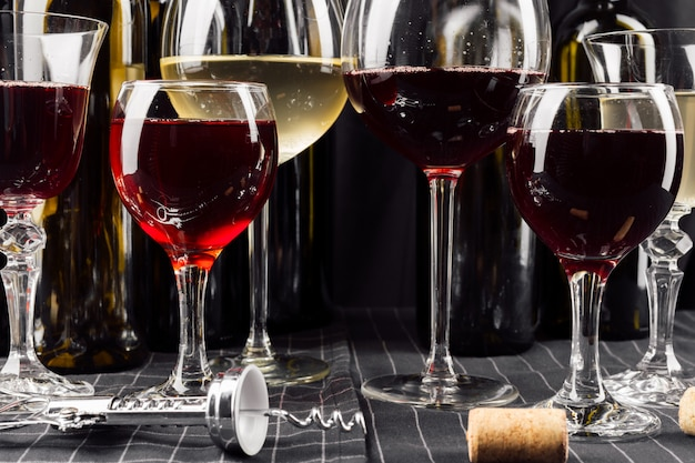 Muchas copas de vino diferente.