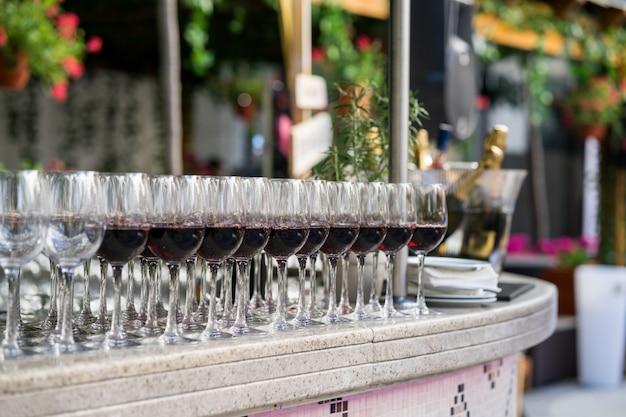 Muchas copas con vino tinto
