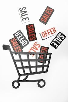 Muchas etiquetas de venta y carrito de compras de papel