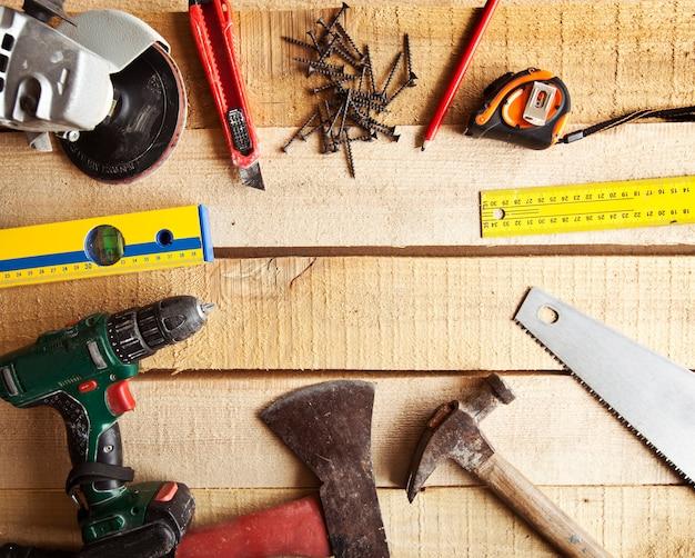 Muchas herramientas diferentes para carpintería y construcción.