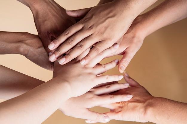 Muchas manos de mujeres multiétnicas de diferente color de piel.
