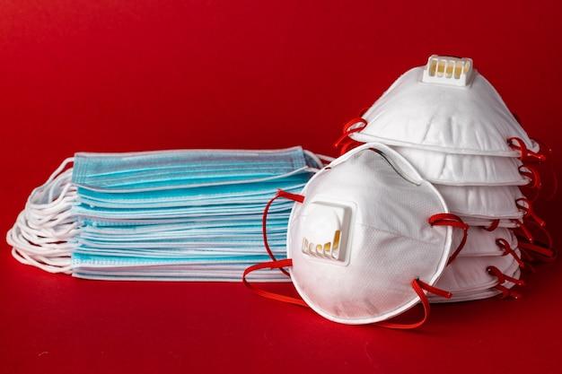 Muchas máscaras faciales protectoras médicas apiladas se cierran para arriba. concepto de protección contra virus y contaminación