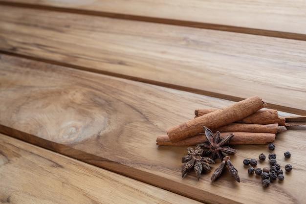 Muchas medicinas chinas que se juntan en un piso de madera marrón claro.