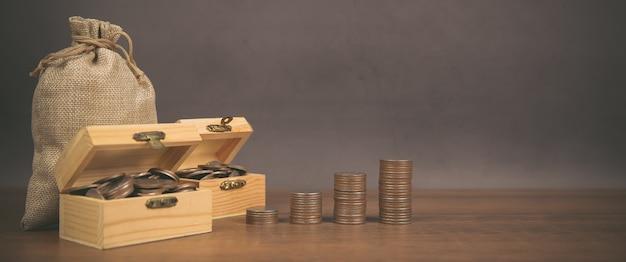 Muchas monedas se apilan en forma de gráfico, concepto de ahorro de dinero.